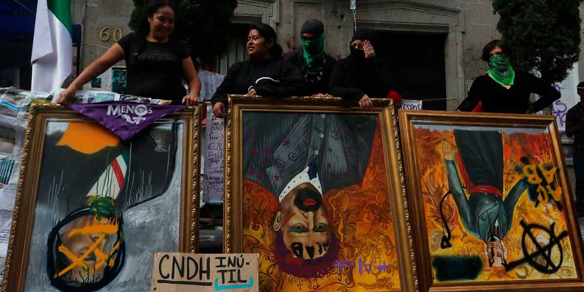 Colectivos de víctimas y feministas tomaron las instalaciones de la CNDH