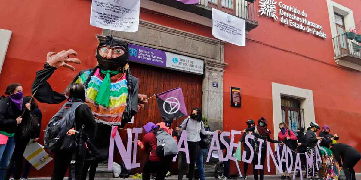 Feministas poblanas cierran con cintas, anuncios, carteles y pintas la CEDH Puebla