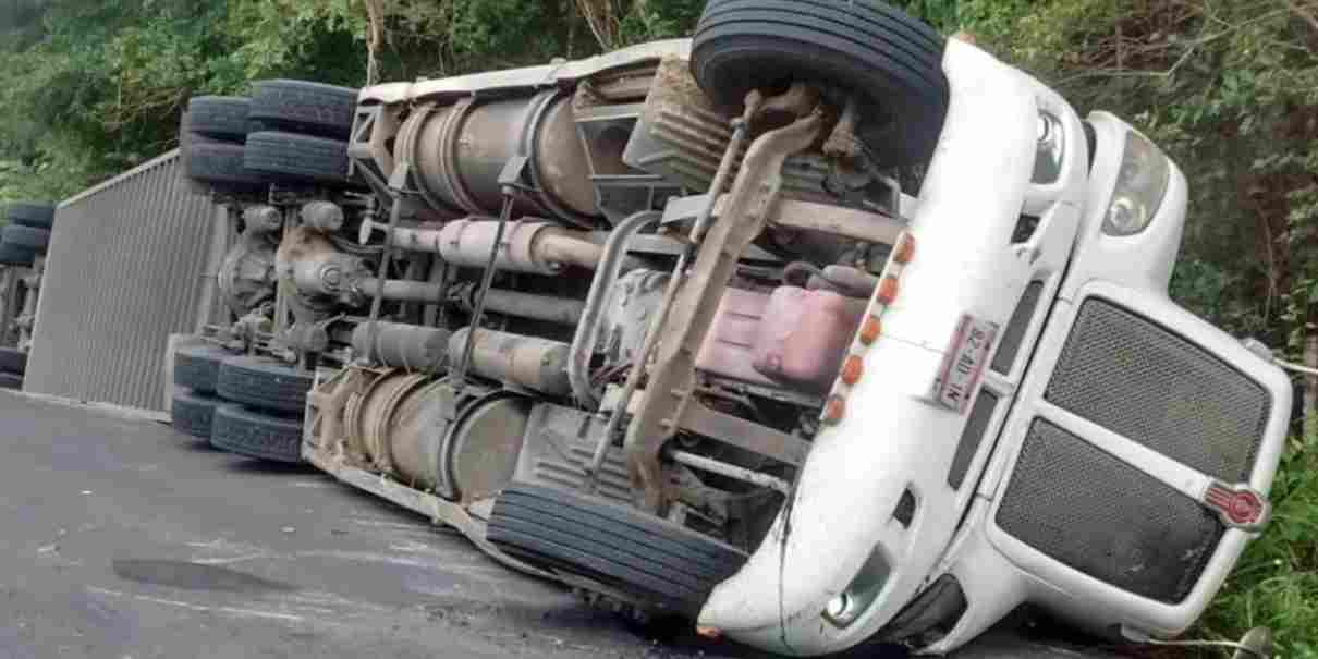 Tráiler sin frenos en la México–Tuxpan, al volcar murió el chofer