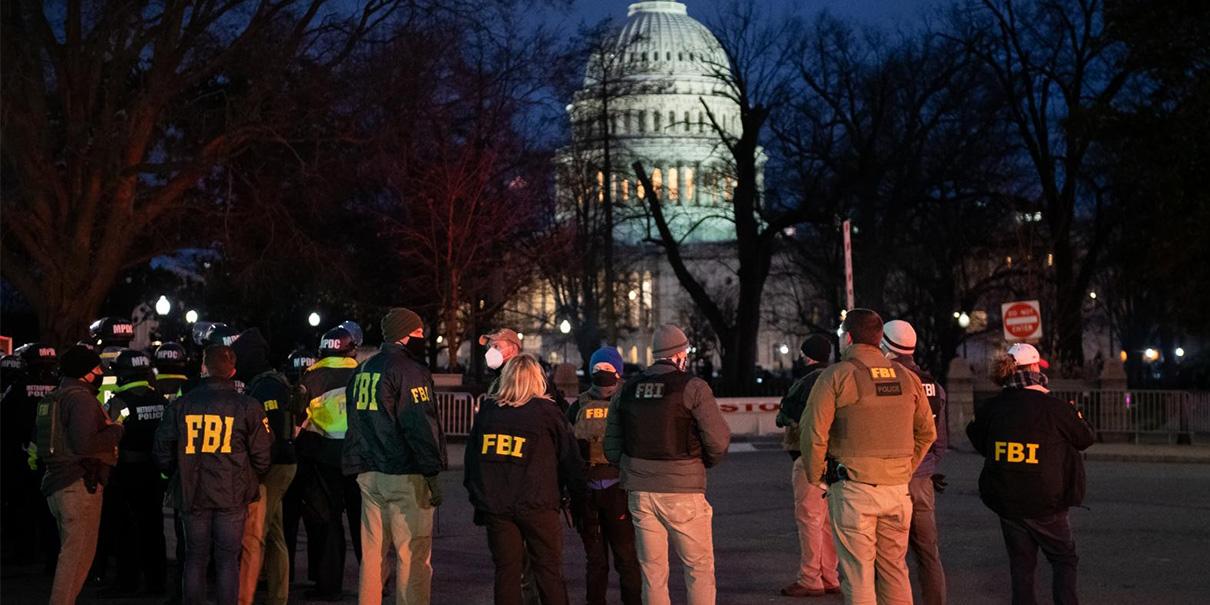 """FBI Ofrece """"JUGOZA RECOMPENSA"""" por informes del sospechoso que coloco bombas en el Capitolio"""