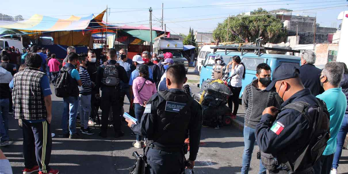 Les cayó operativo a tianguistas de Los Lavaderos; arremeten contra policías