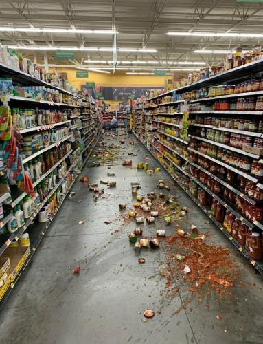 Comida que cayó de los estantes cubre el suelo de un pasillo en un Walmart después de un terremoto en Yucca Valley, California. Foto: AP/Chad Mayes