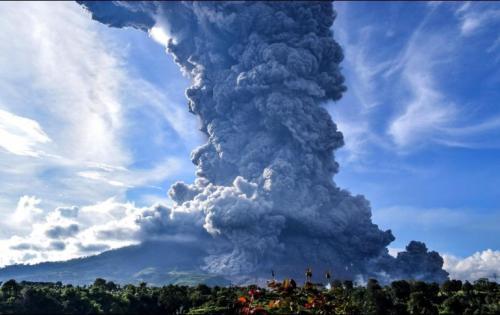 La montaña Sinabung, en Indonesia, entró en erupción este domingo. EFE/S. Sembiring