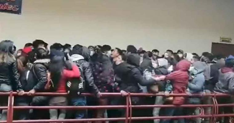 (VIDEO) Decenas de jóvenes CAEN DESDE UN CUARTO PISO durante protesta en Bolivia, hay 5 MUERTOS