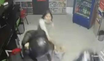 (Video) Niña defiende a su madre de ladrones a MACHETASOS  en Colombia
