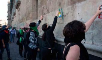 Feministas protestan afuera de Palacio Nacional contra candidatura de Salgado Macedonio
